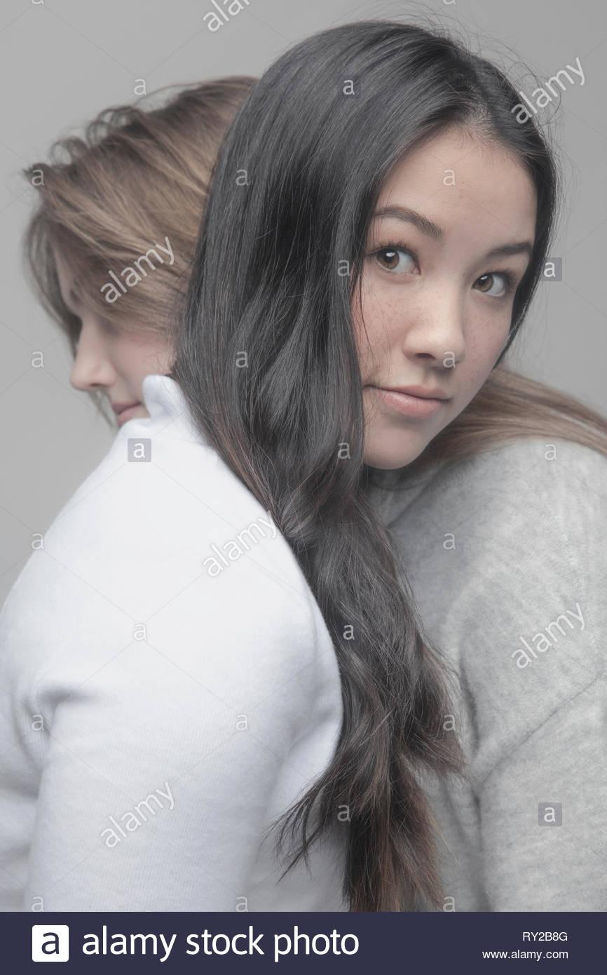 Portrait zuversichtlich schönes junges Mädchen umarmt Freund Stockbild