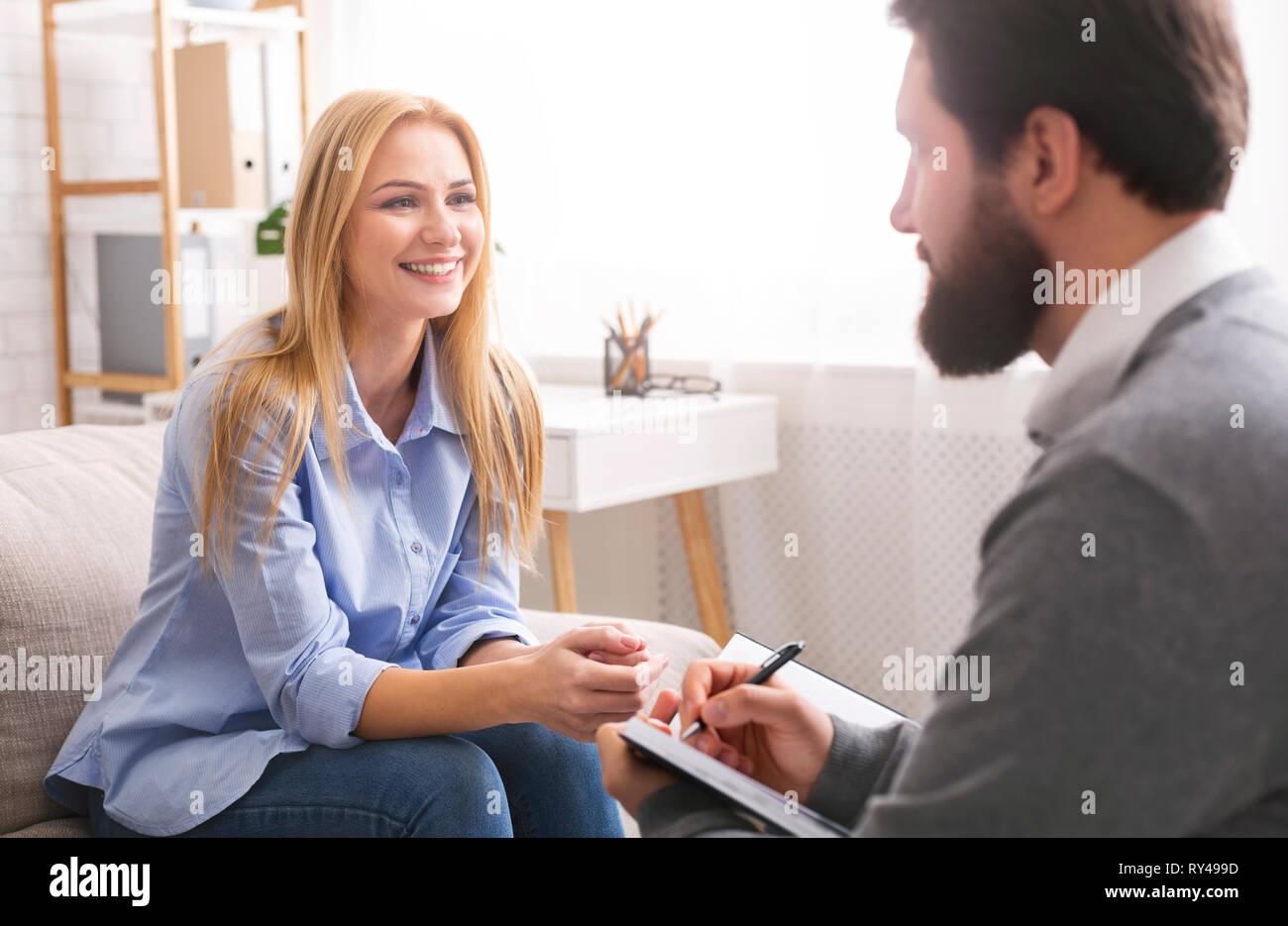 Lächelnde Frau während der Konsultation mit Life Coach ...