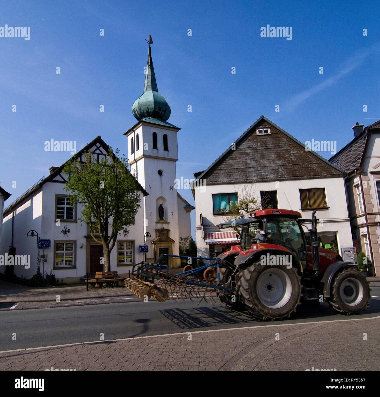 Stadtbild von Breckerfel in Nordrhein Westfalen mit Kirche, Wohnhaus und Traktor im Vordergrund Stockbild