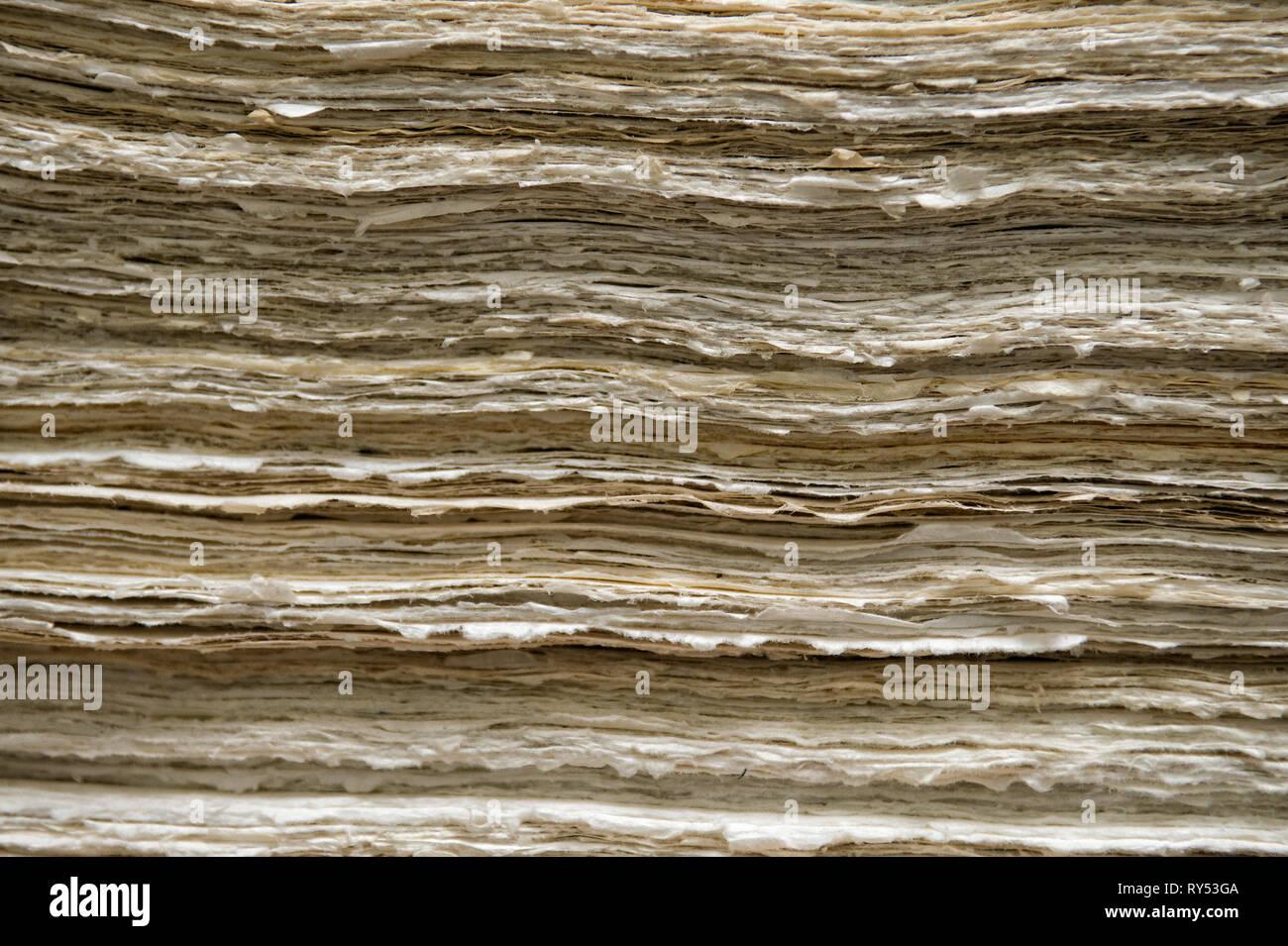 Aufeinander geschichtete Papierblaetter sterben in Handarbeit hergestellt wurden. Stockbild