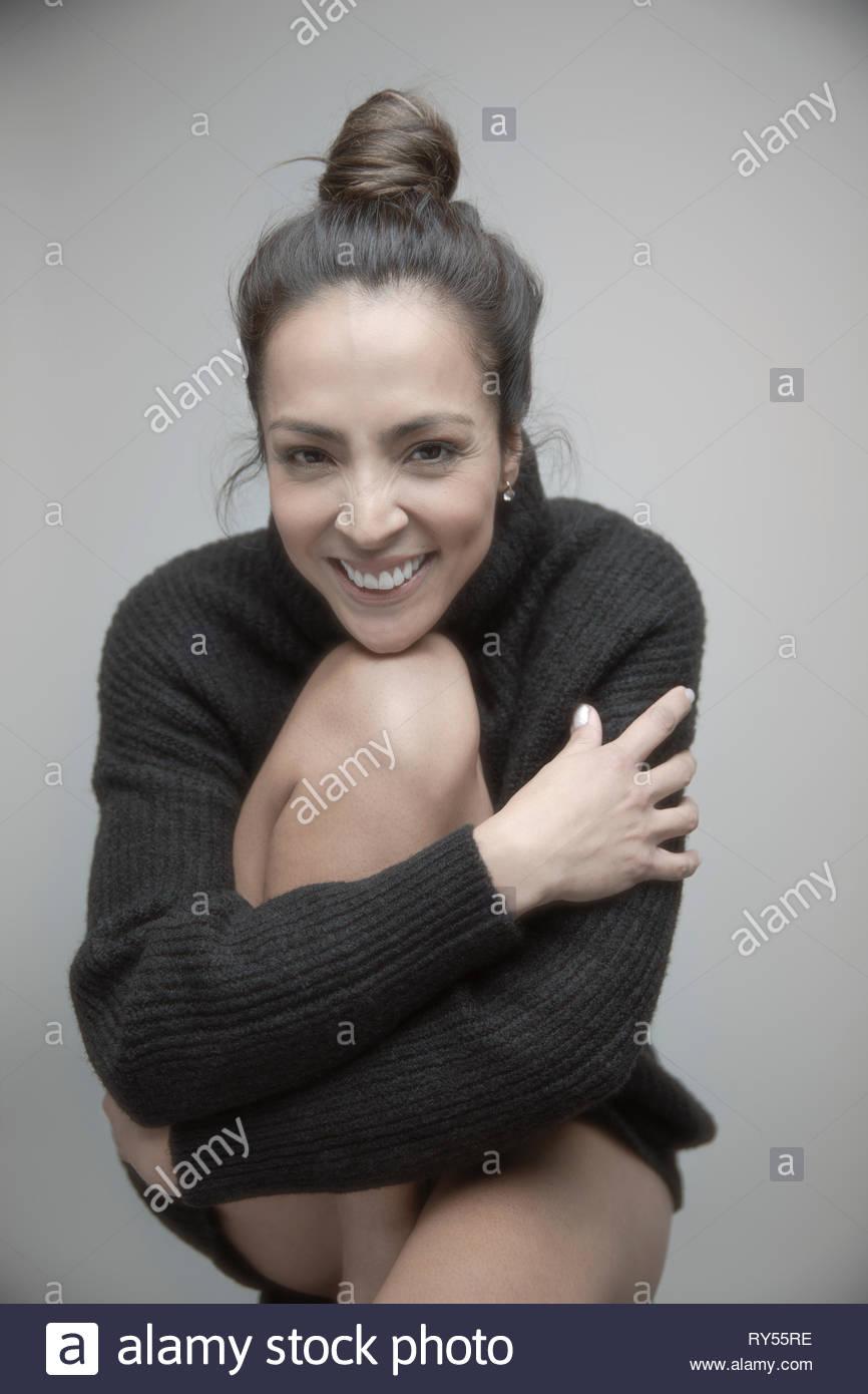 Portrait glücklich schöne Brünette Frau in Pullover Stockbild
