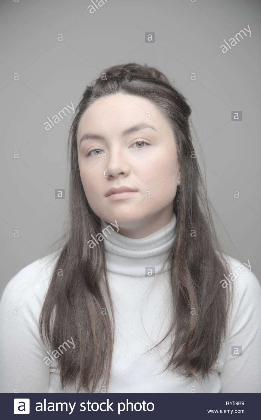 Portrait zuversichtlich, schöne junge brünette Frau mit nasenring Stockbild
