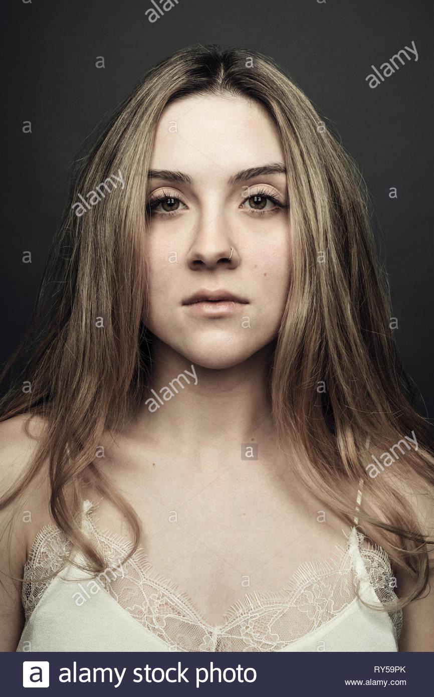 Portrait zuversichtlich, schöne junge blonde Frau Stockbild