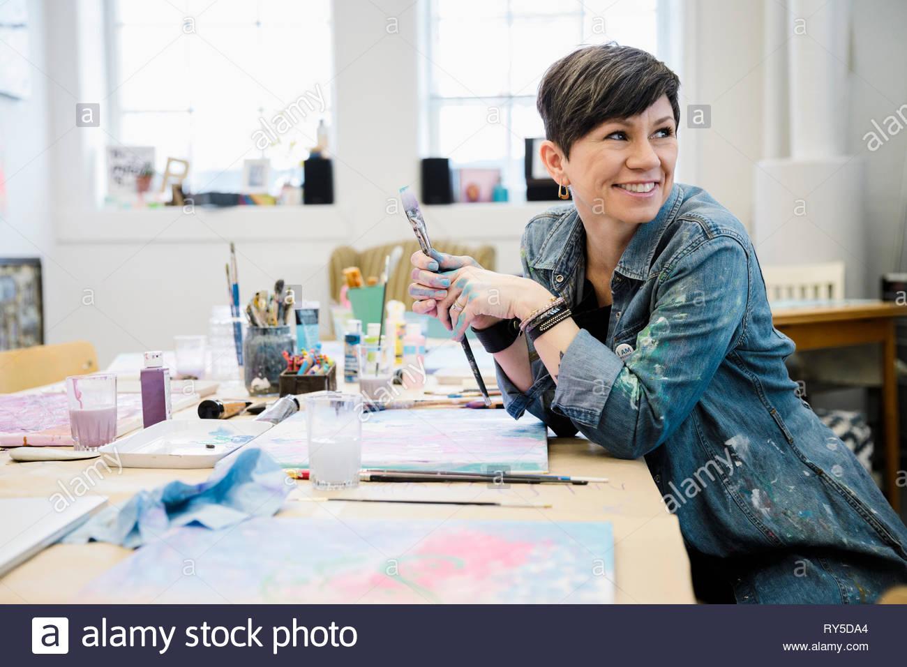 Lächelnd weibliche Künstler Malerei im Studio Stockbild