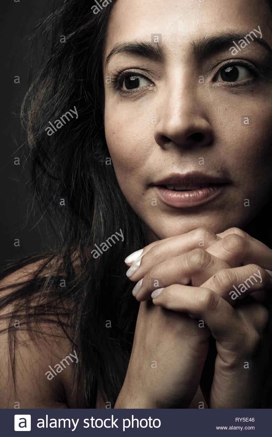 Close up Portrait zuversichtlich, nachdenklich schöne Latina Frau mit schwarzen Haaren und braunen Augen Stockbild