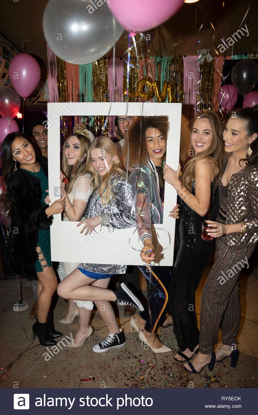 Portrait Frauen Freunde posieren für Photo Booth bei Party Stockbild