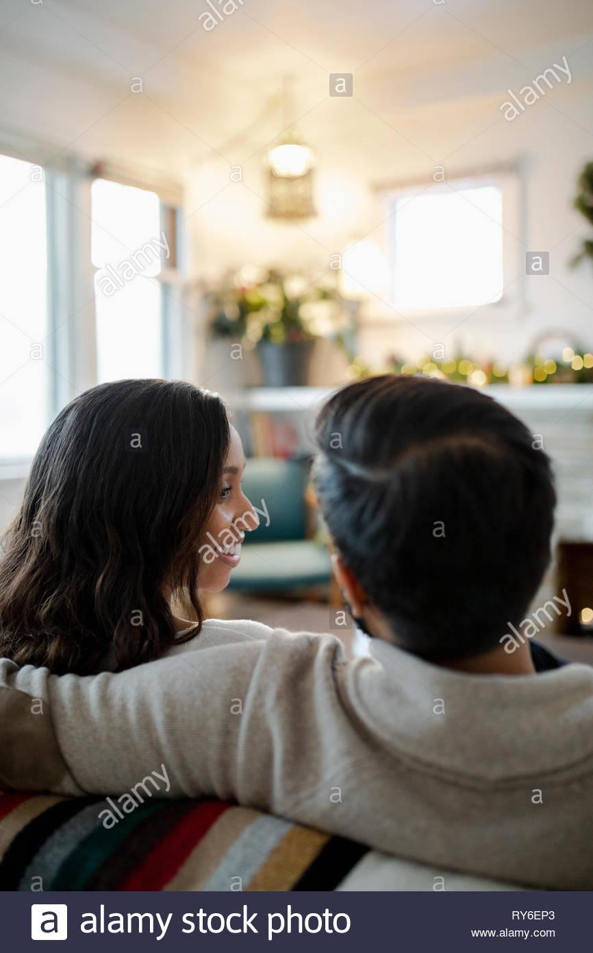 Liebevolle Ehepaar miteinander reden auf dem Sofa Stockbild