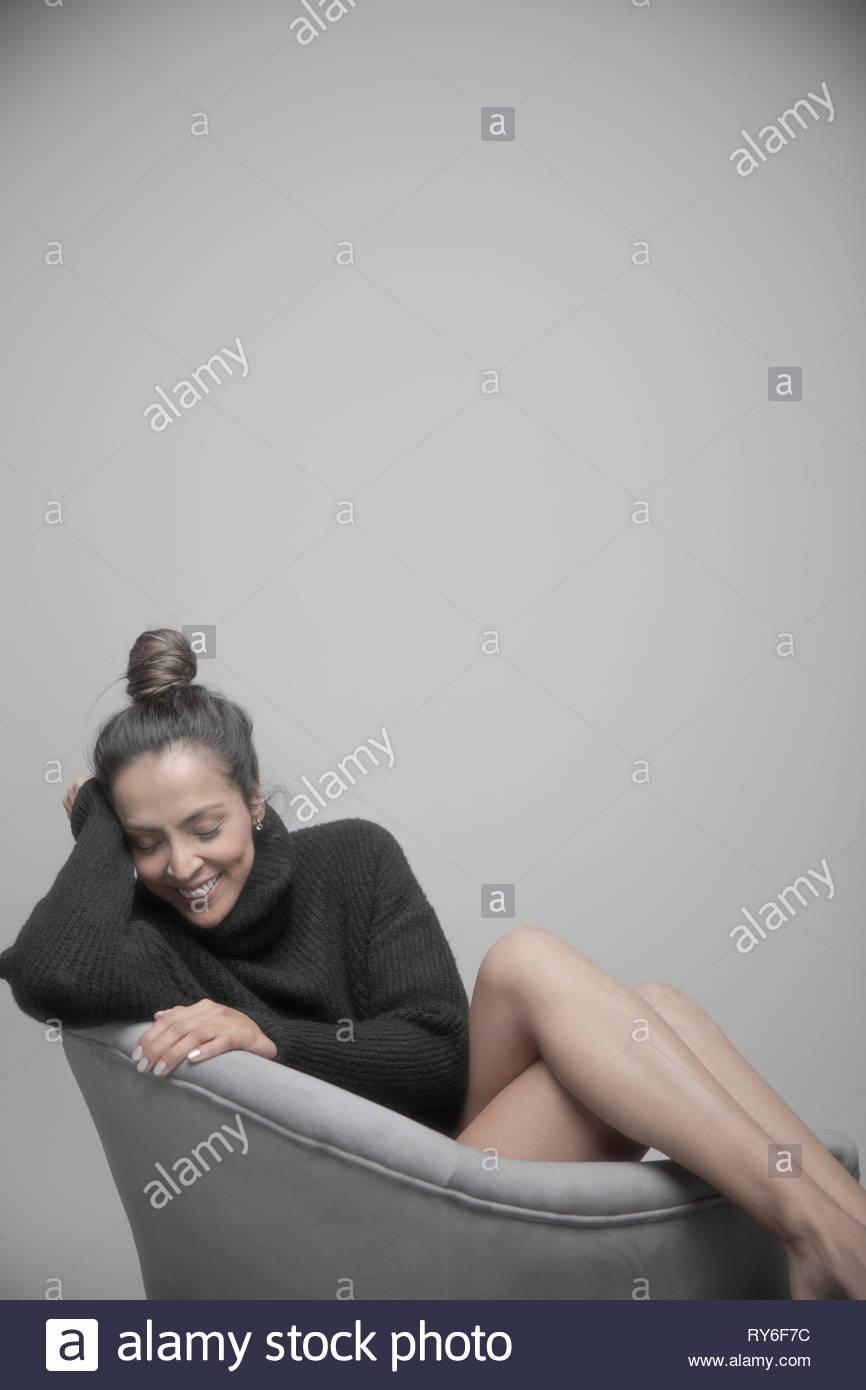 Portrait schöne Brünette Frau mit nackten Beinen Stockbild