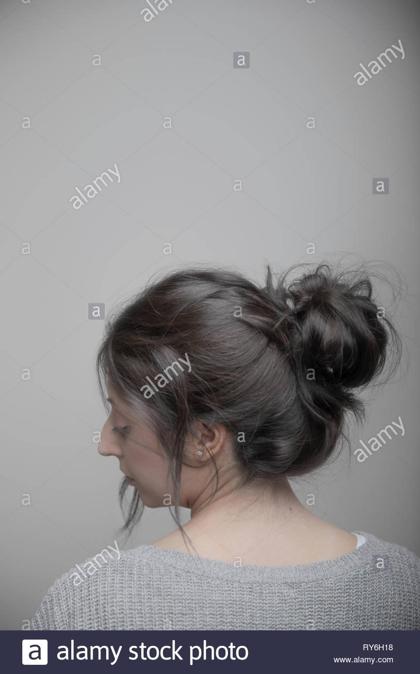 Rückansicht Profil Portrait schöne Brünette Frau über die Schulter schauen Stockbild