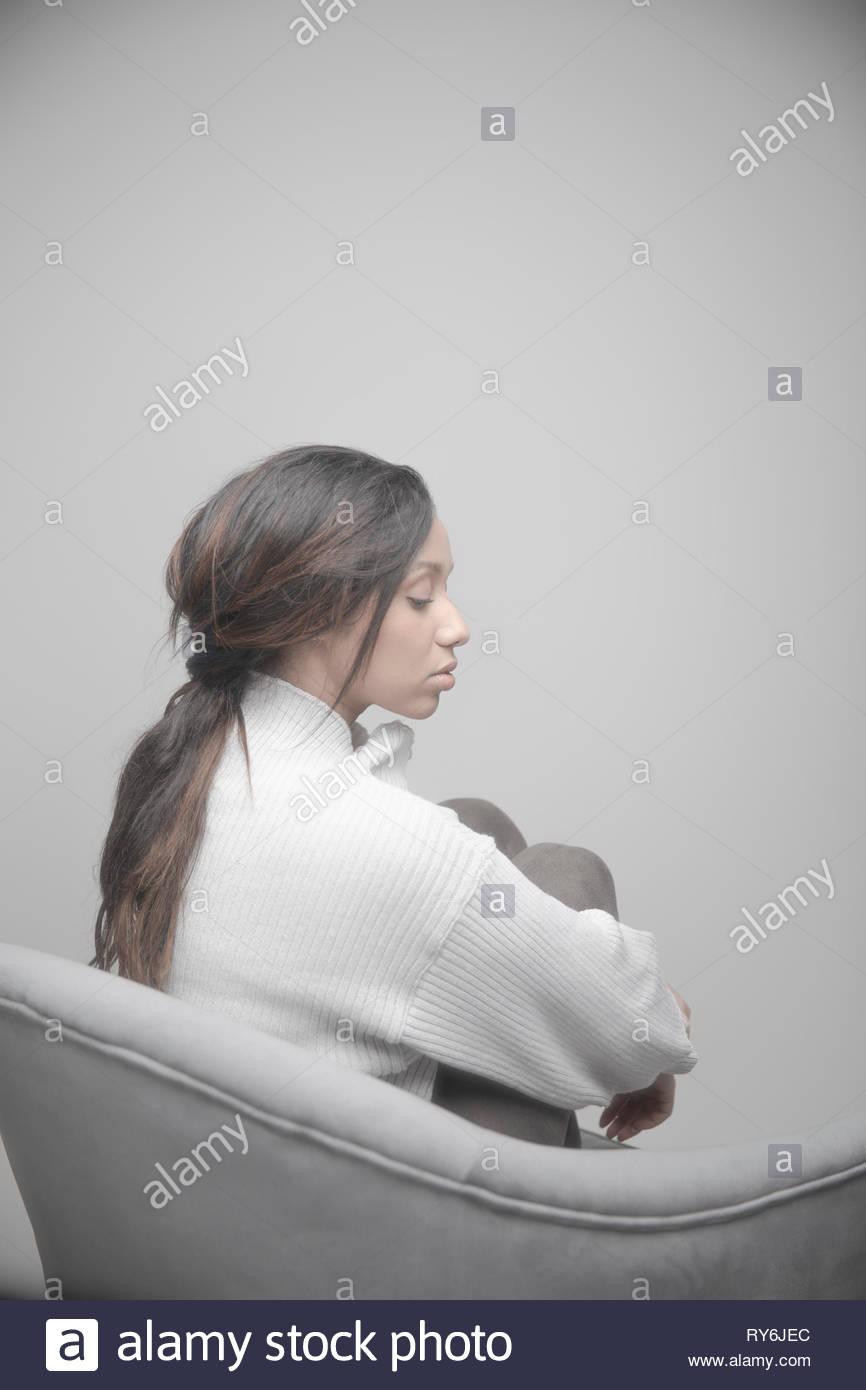 Portrait ruhige schöne Jamaikanische junge Frau mit langem Haar Stockbild