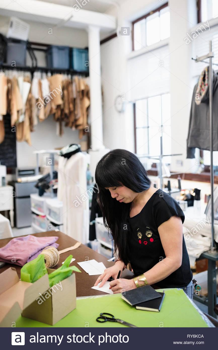 Weibliche Mode-Designer arbeiten im studio Stockbild