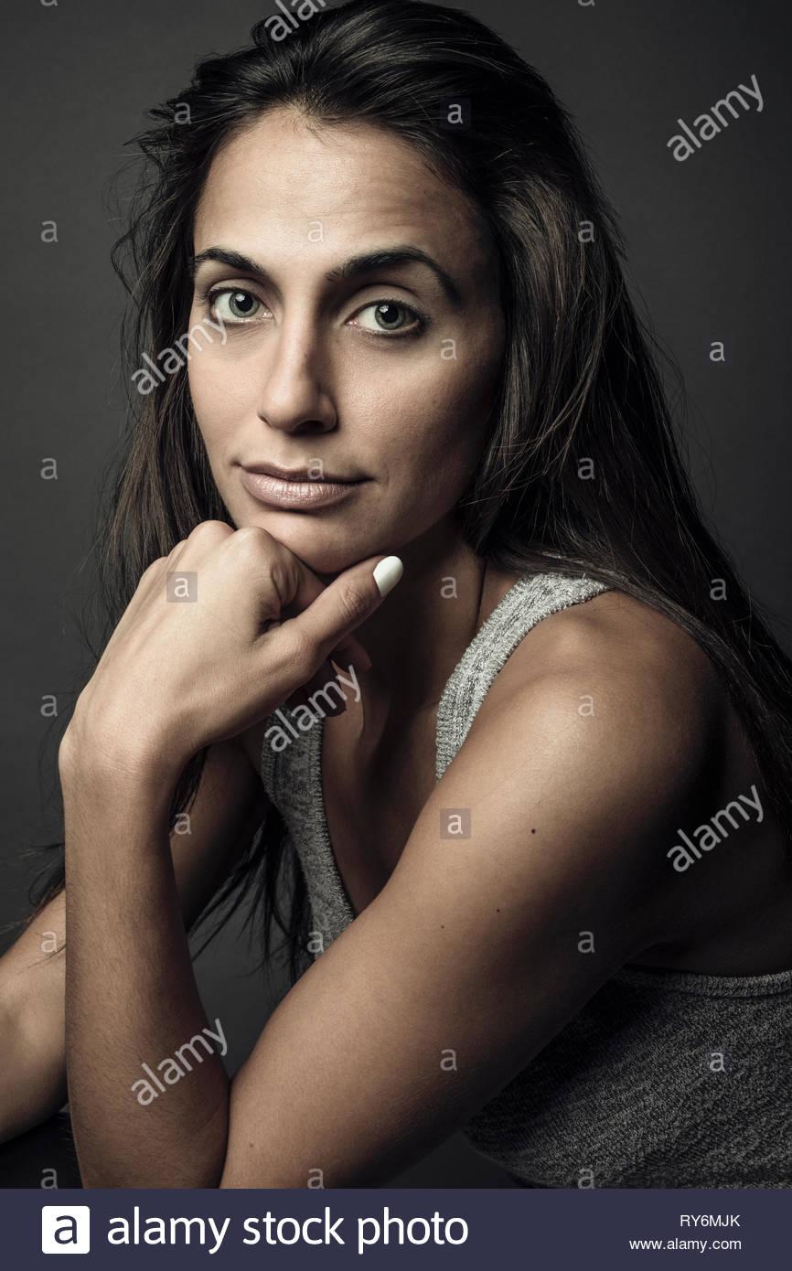Portrait zuversichtlich, schöne junge Frau mit langem Haar Stockbild