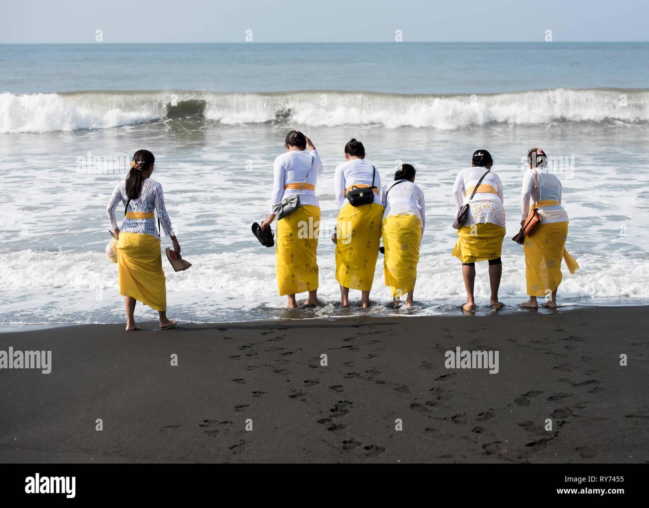 Rückansicht der Frauen in traditioneller Kleidung am Ufer gegen Sky Stockbild