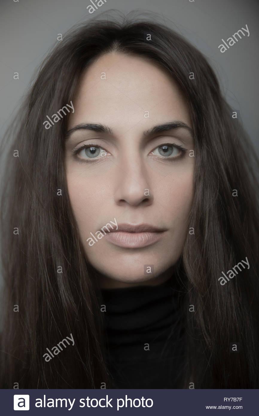 Close up Portrait zuversichtlich schöne Brünette junge Frau mit blauen Augen Stockbild