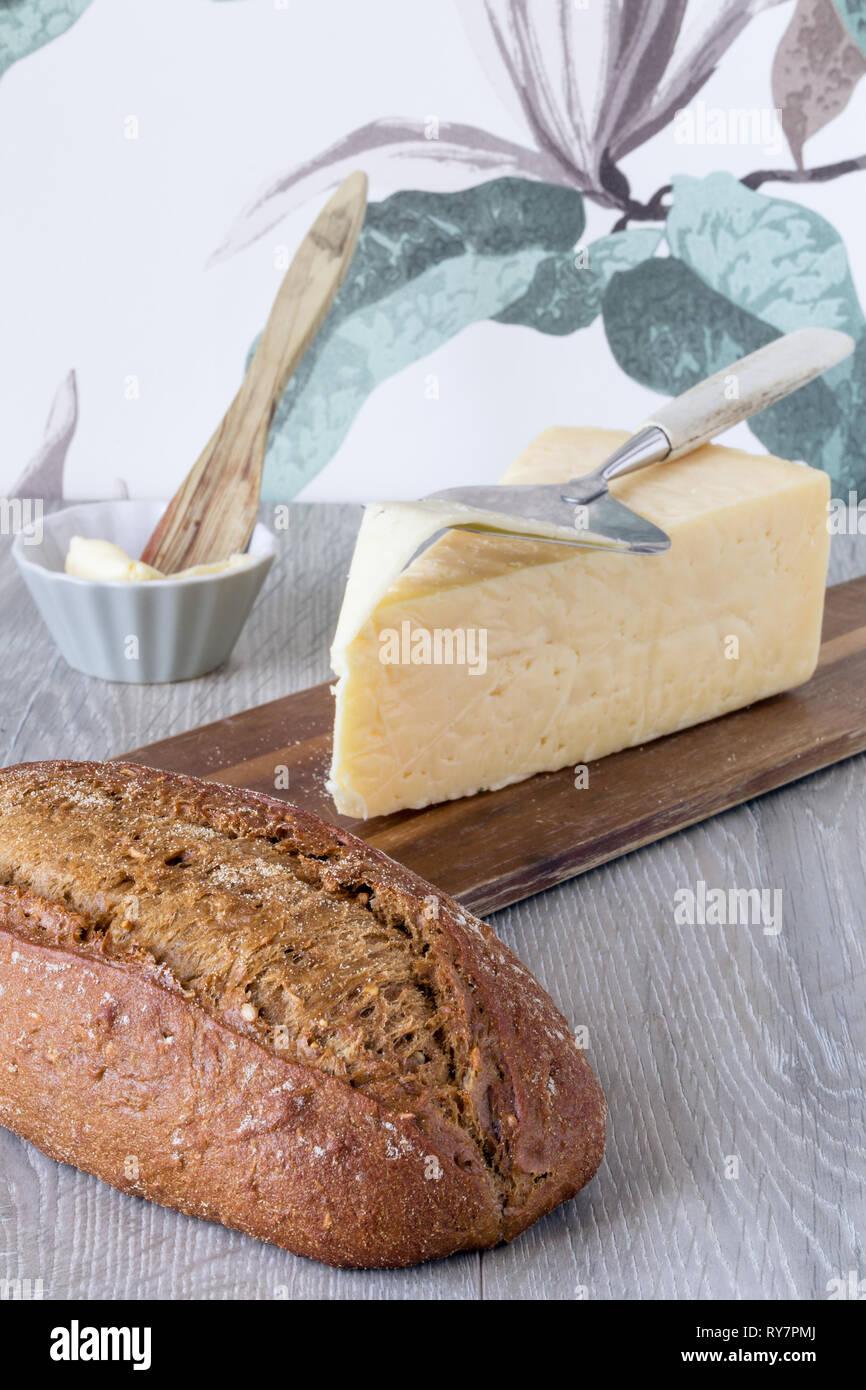 Frühstück vor der Blüte Muster Tapete mit Brot, Käse und Butter Stockbild