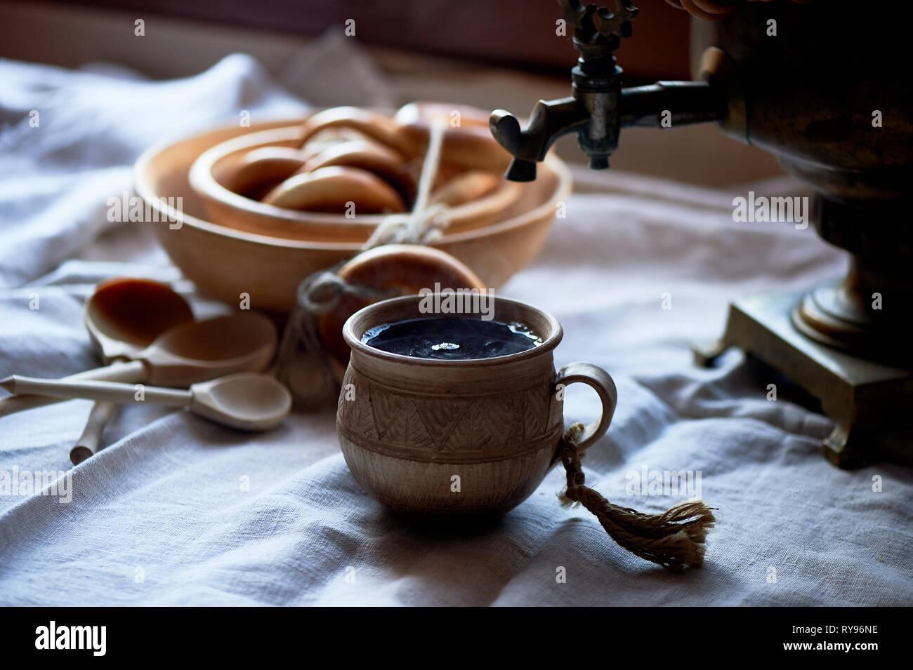Donut auf einen String. traditionellen russischen Gebäck. Samowar und Kaffee in einem alten Ton Tasse. Stockfoto