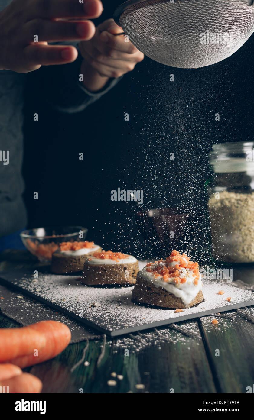 Hausgemachter Karottenkuchen mit Müsli und Joghurt Stockbild