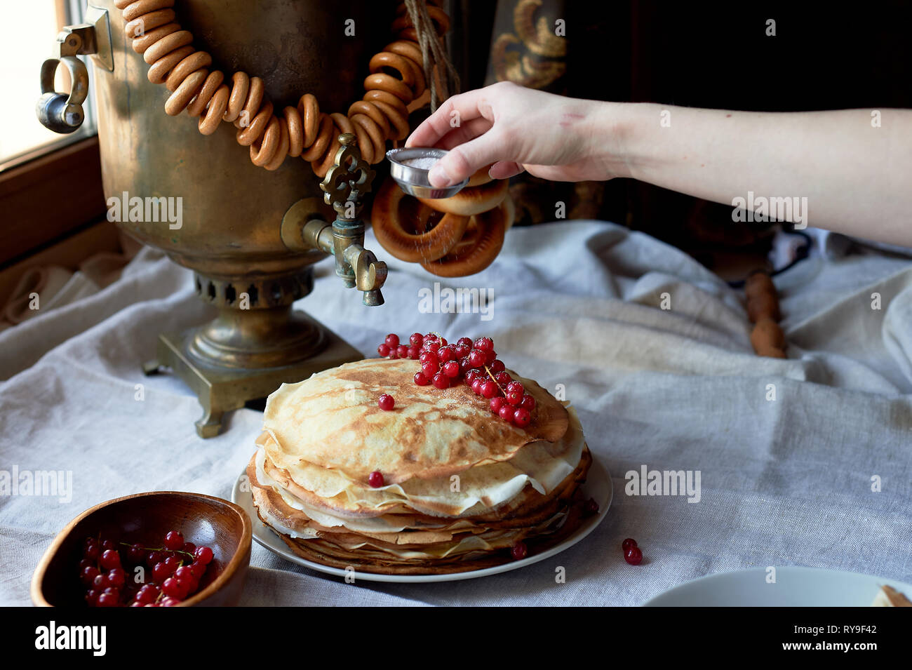 Russische alten Samowar mit einem Bündel von Schafen. Die Tradition der Kaffee trinken Stockfoto
