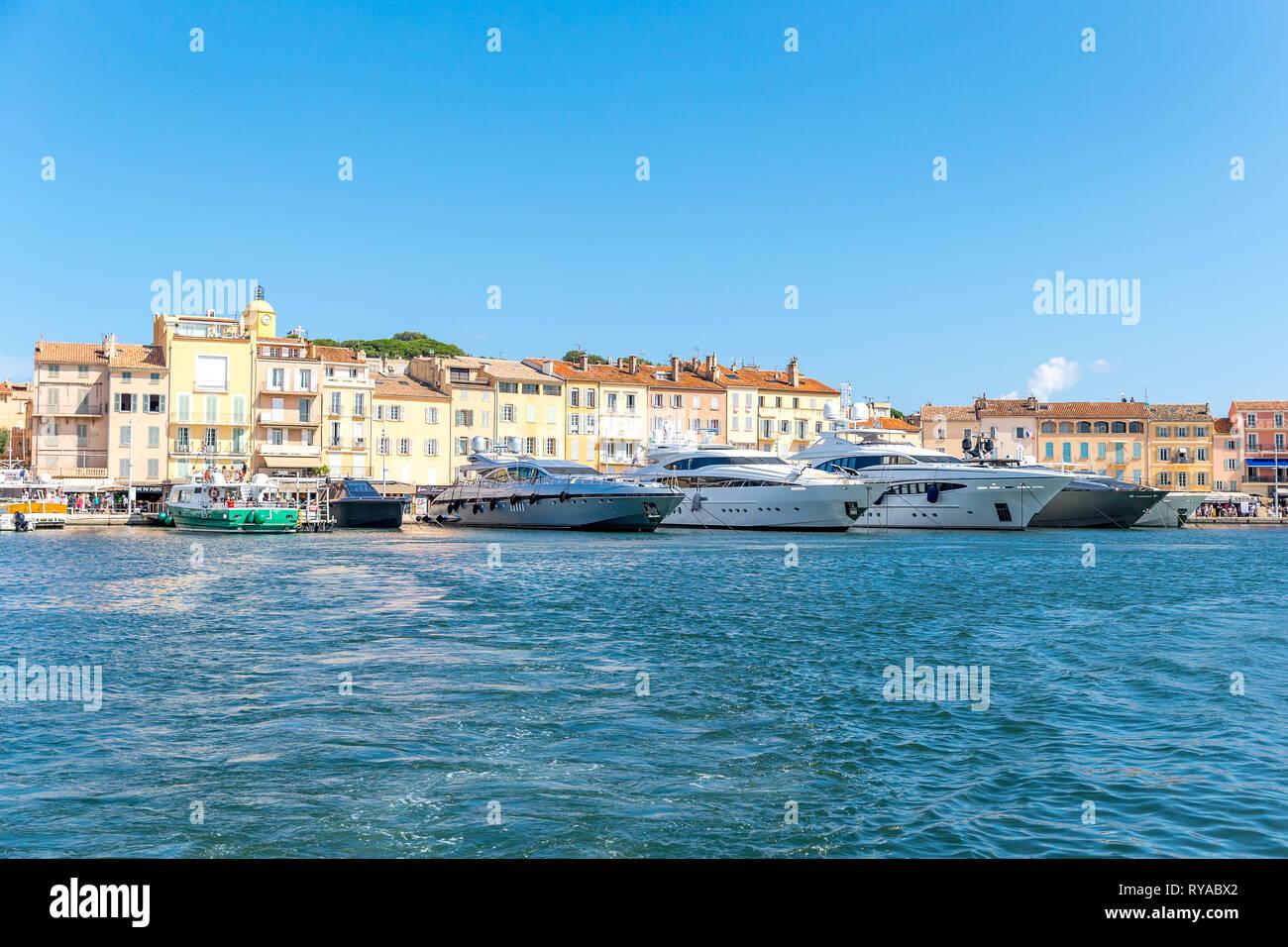 Yachten im Hafen vor den historischen Gebaeuden in Saint Tropez, Frankreich, 01.09.2018 Bildnachweis: Mario Hommes/HH-Fotografie Stockbild
