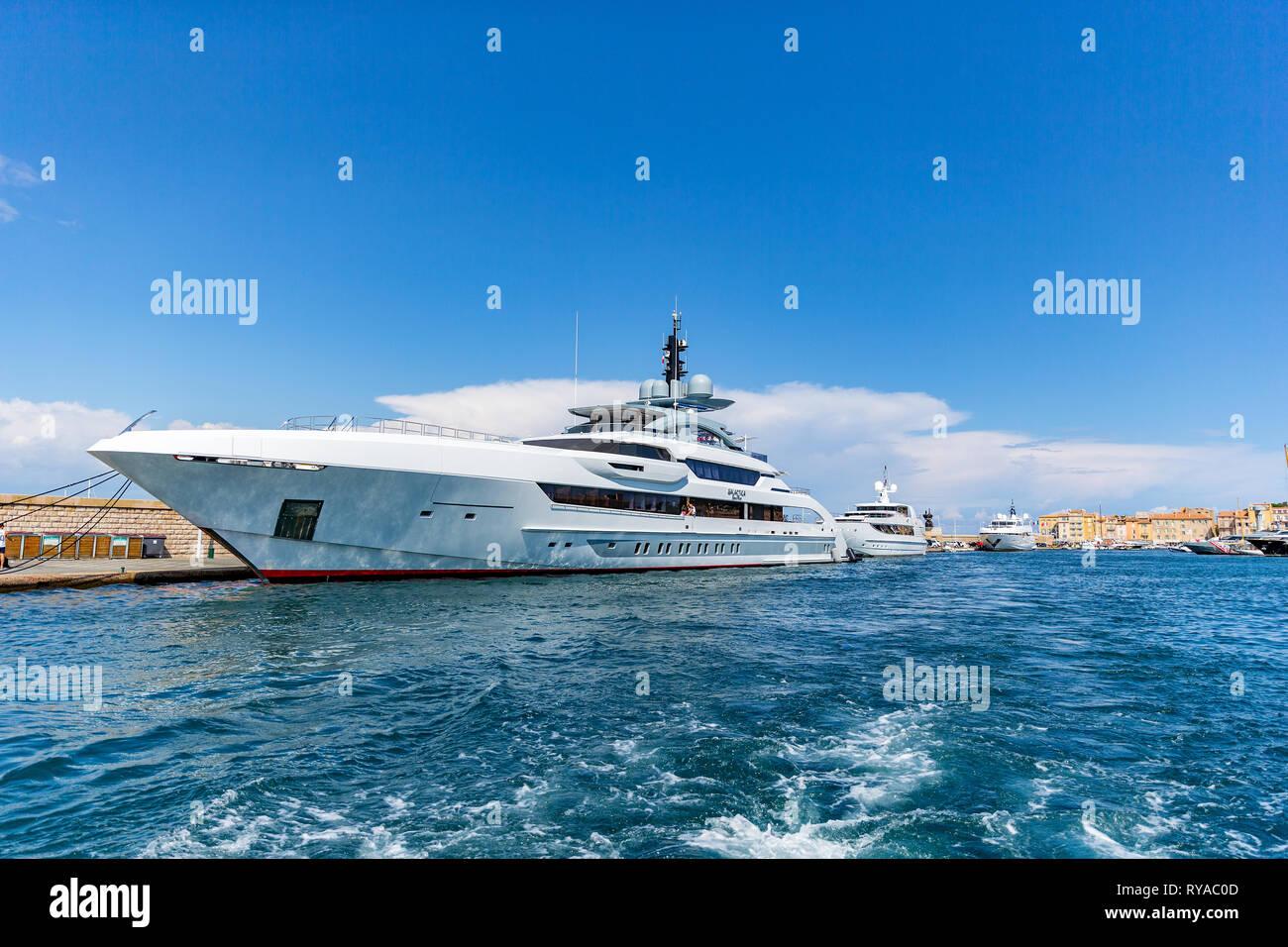 Yachtcharter im Eingang zum Hafen vor den historischen Gebaeuden in Saint Tropez, Frankreich, 01.09.2018 Bildnachweis: Mario Hommes/HH-Fotografie Stockbild
