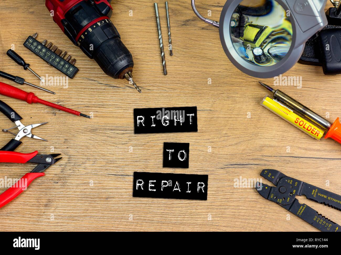 Flach Konzept Recht auf Reparatur Text, Werkzeuge Reparatur- Elektronik unter Vergrößerung mit verschiedenen Tools. Weniger Verschwendung, nachhaltig zu leben. Stockbild
