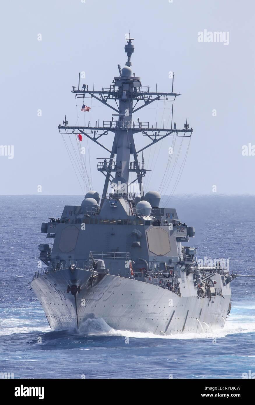190311-N-DX 072-1205 PAZIFISCHEN OZEAN (11. März 2019) der Arleigh-Burke-Klasse geführte Anti-raketen-Zerstörer USS McCampbell (DDG85) Transite zum Pazifischen Ozean während einer Übung mit anderen U.S. Navy Kriegsschiffe. U.S. Navy Kriegsschiffe Zug zusammen die taktischen Kenntnisse, Letalität zu erhöhen und die Interoperabilität der teilnehmenden Einheiten in einer Zeit, in der Große-Wettbewerb. (U.S. Marine Foto von Mass Communication Specialist 2. Klasse Anaid Bañuelos Rodriguez) Stockfoto