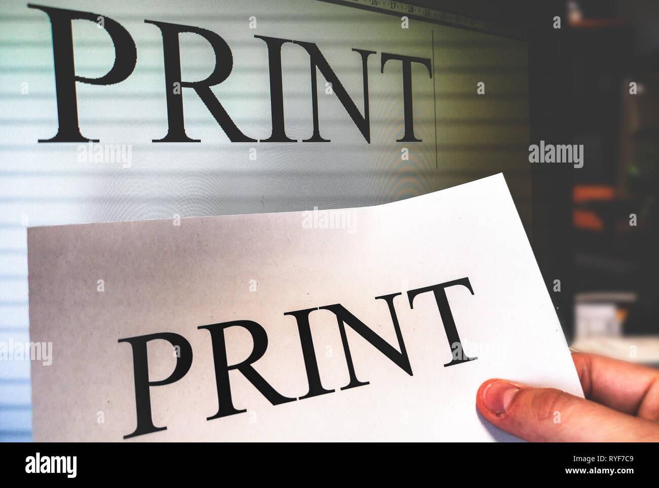 Drucker hand Halten ein Blatt drucken mit Word processor Software Bildschirm Hintergrund im Büro Stockfoto