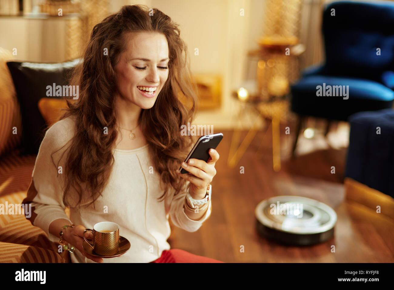 Glückliche Junge Hausfrau Mit Lange Brünette Haare Mit Kaffee Tasse