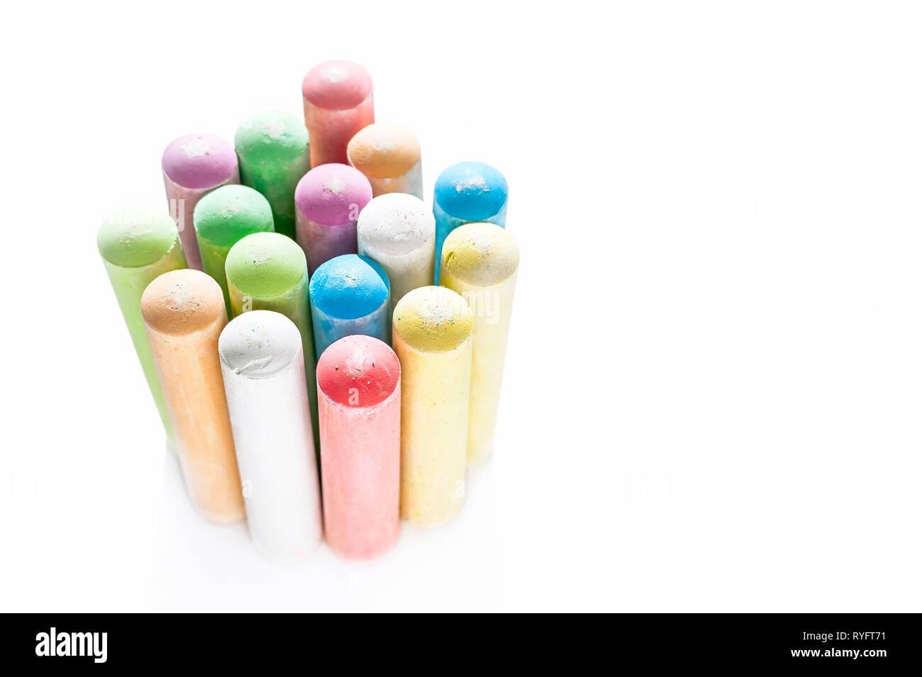Jumbo Sidewalk Chalk, versch. Farben, Fett Tipps auf weißem Hintergrund. Von der Seite. Stockfoto