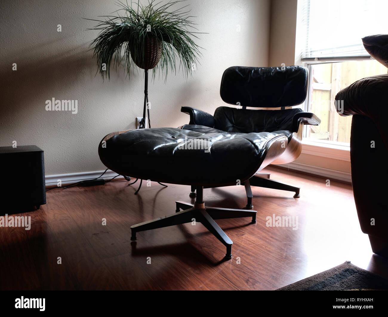 Charles Und Ray Eames Designer Schwarz Lounge Sessel Mit Ottomane In Einem  Wohnzimmer Einstellung Durch Ein