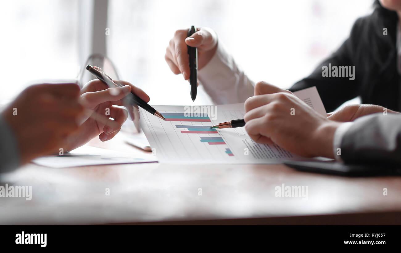 Aus der Nähe. das Business Team ist der Diskussion der finanzielle Gewinn des Unternehmens Stockfoto