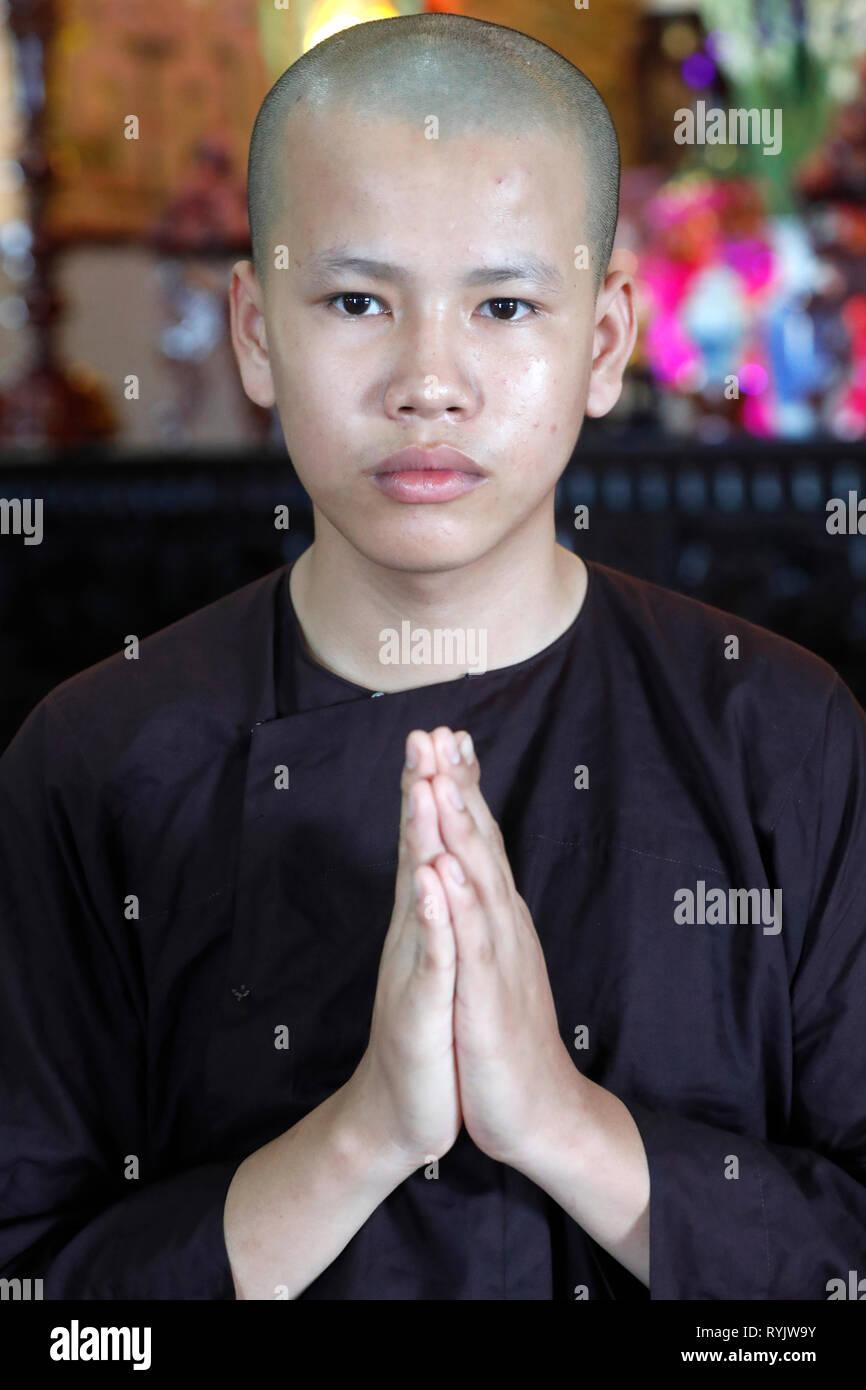Junger buddhistischer Mönch zu beten. Can Tho. Vietnam. Stockbild