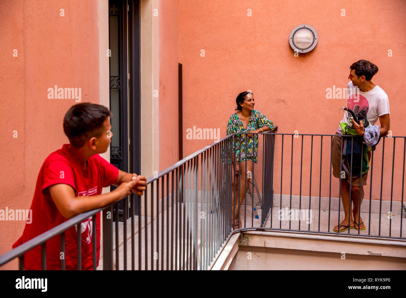 Kind und Erwachsene auf einem Balkon in Catania, Sizilien (Italien). Stockbild