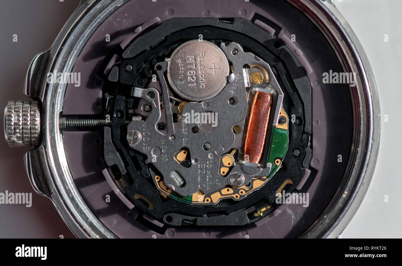 Nahaufnahme einer Citizen Eco drive Wr 100 Armbanduhr mit der Rückseite entfernt. Stockbild