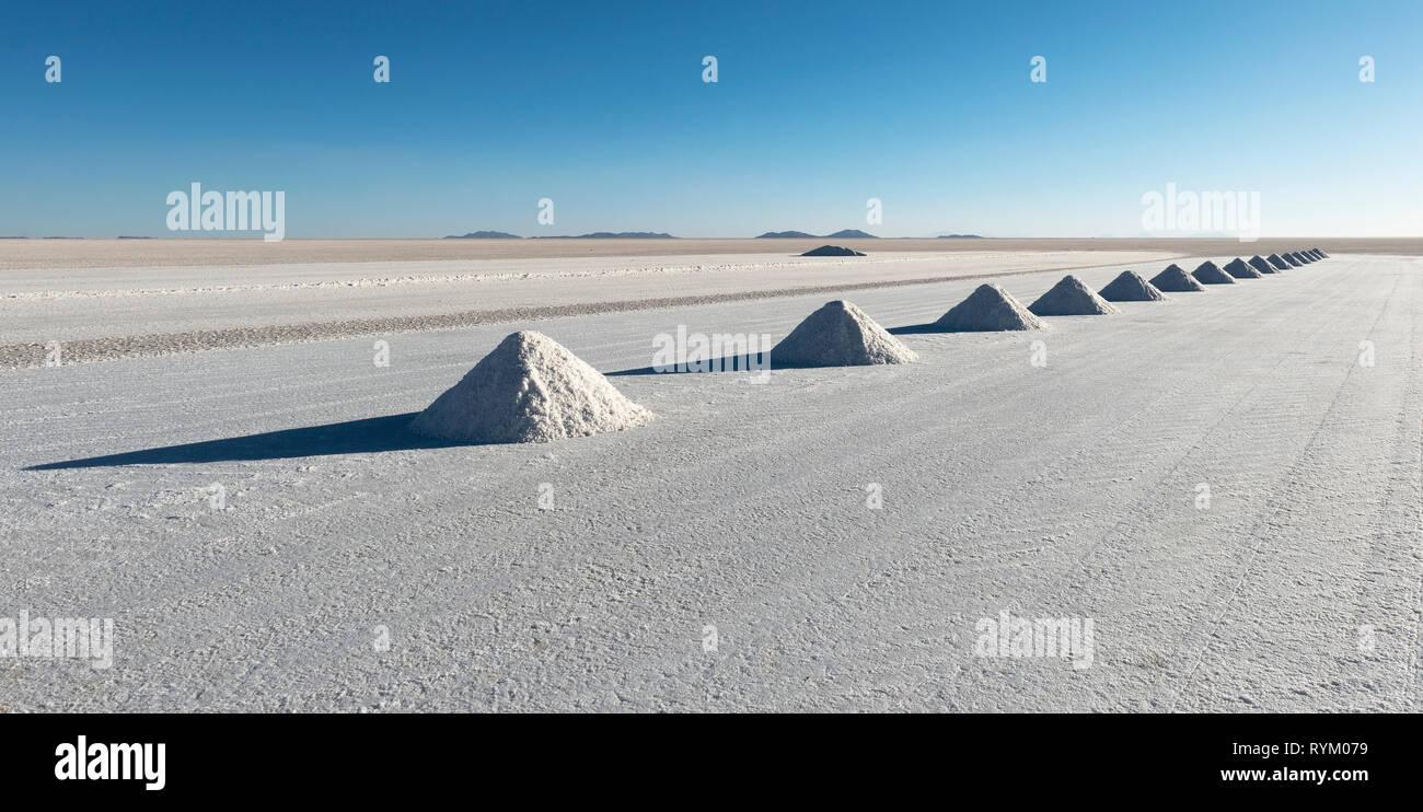 Panorama der Salz Pyramiden von Colchani im Salzsee von Uyuni (Salar de Uyuni), wo das Salz trocknen vor der Weiterverarbeitung, Bolivien ist. Stockbild