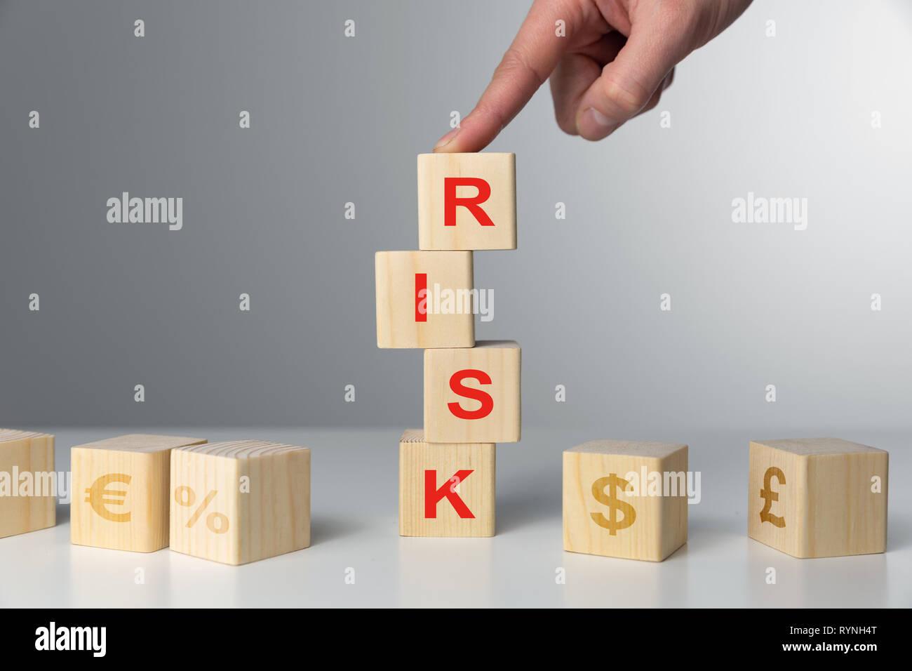 Hand halten Holzwürfel mit Gefahr Wort. Risk Management Konzept. Stockfoto