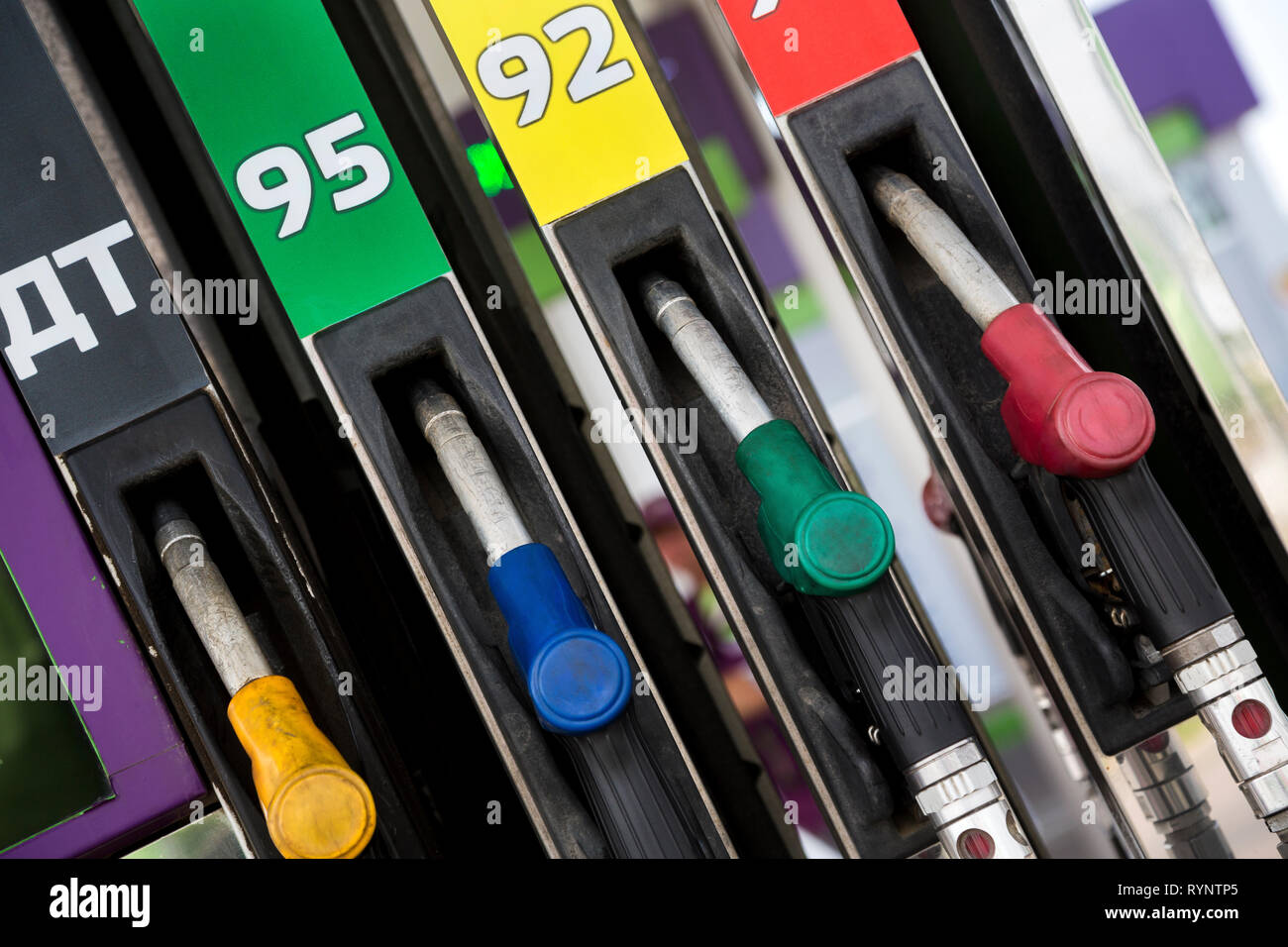 Füllen Pistolen mit Benzin verschiedener Octane zahlen und Dieselkraftstoff für Pkw an einer Tankstelle in Moskau, Russland Stockbild