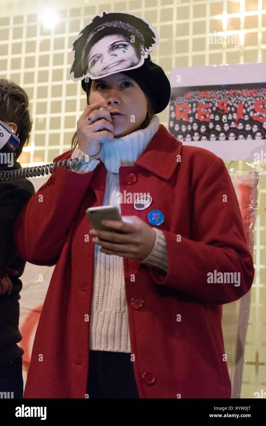 Eine Frau beobachtet, als er sich mit den Assistenten während der Gebetswache im Speicher der Brasilianischen Aktivist Marielle Franco. Die Demonstranten versammelten sich vor der Brasilianischen Botschaft in London das Leben und das Vermächtnis des Brasilianischen Aktivist Marielle Franco, war ein ausgesprochener Kritiker der Polizeibrutalität und außergerichtliche Tötungen gegen Favela Bewohnerinnen zu ehren. Franco wurde ermordet wegen ihrer politischen Aktivitäten zusammen mit ihrem Fahrer Anderson Gomes am 14. März in Rio de Janeiro, Brasilien 2018. Während der gebetswache Redner sprachen die Assistenten und beanspruchten Gerechtigkeit und forderten das Ende der Straflosigkeit in Francos cri Stockfoto