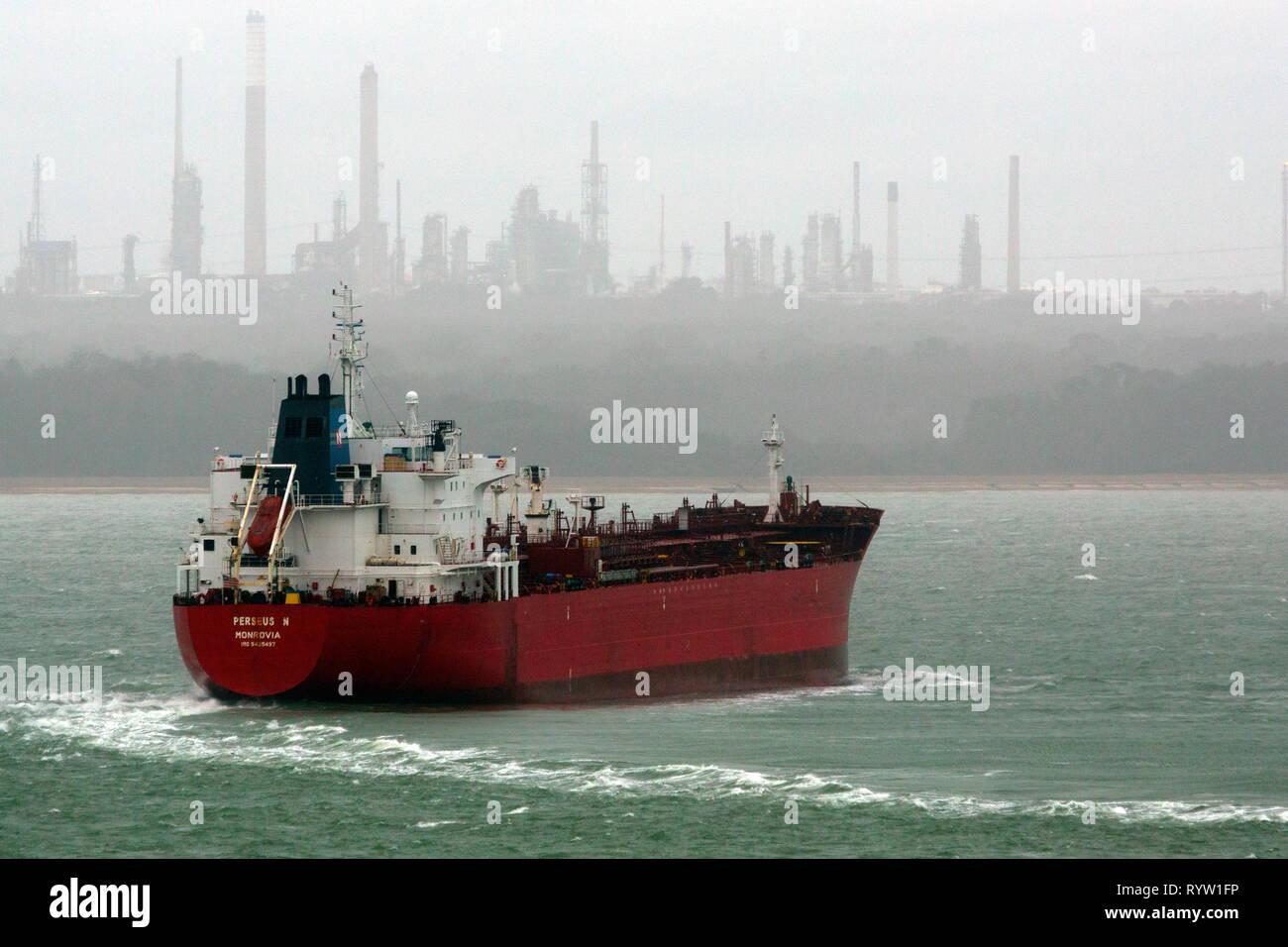 Öl-, Chemie-, Tanker, Perseus N, registriert, Monrovia, der Solent, Fawley, Öl, Raffinerie, Southampton, Cowes, Isle of Wight, Hampshire, England, Vereinigtes Königreich, Stockfoto