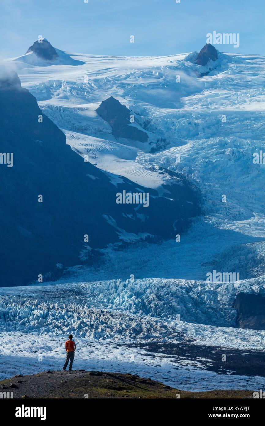 Person, die durch das Eis herbst Kviarjokull Gletscher in den Schatten gestellt. Vatnajökull Eiskappe, Sudhurland, South East Island. Stockbild