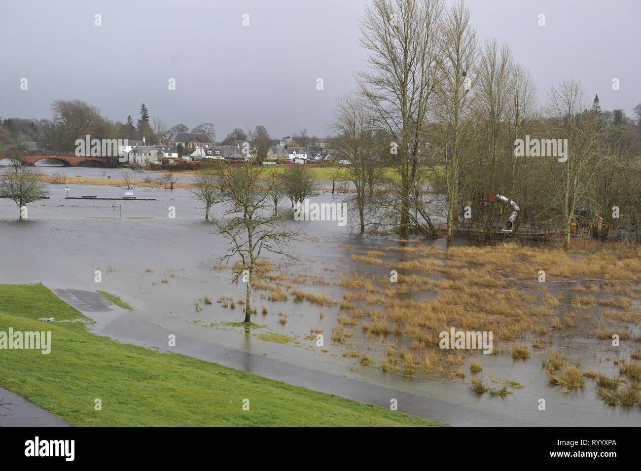 Glasgow, UK. 15. März 2019. Nach dem Sturm Hannah - Die malerische schottische Stadt von Callander ist entlang des Flusses, der die Ufer mit den Wassermassen, die in den Letzten Tagen gefallen ist. Die in der Regel klein und sanft fließende Fluss in eine ganze Reihe von Spitzenkönnern schnell fließenden Wasser gedreht wurde. Fast der gesamte Parkplatz und Riverside, Kinder spielen Park ist alles unter Wasser. Weiter oben am Fluss, die Seen versenkt haben Bäume, Zäune und sind fast über die Ufer, Vieh verlassen. Credit: Colin Fisher/Alamy leben Nachrichten Stockbild