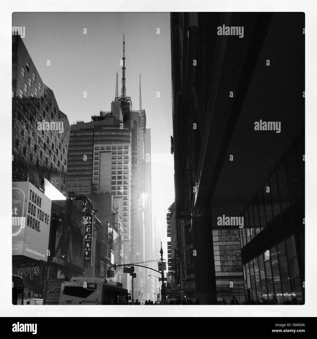 Schwarz / weiß-Szene in Manhattan New York in Richtung Times Square Stockbild
