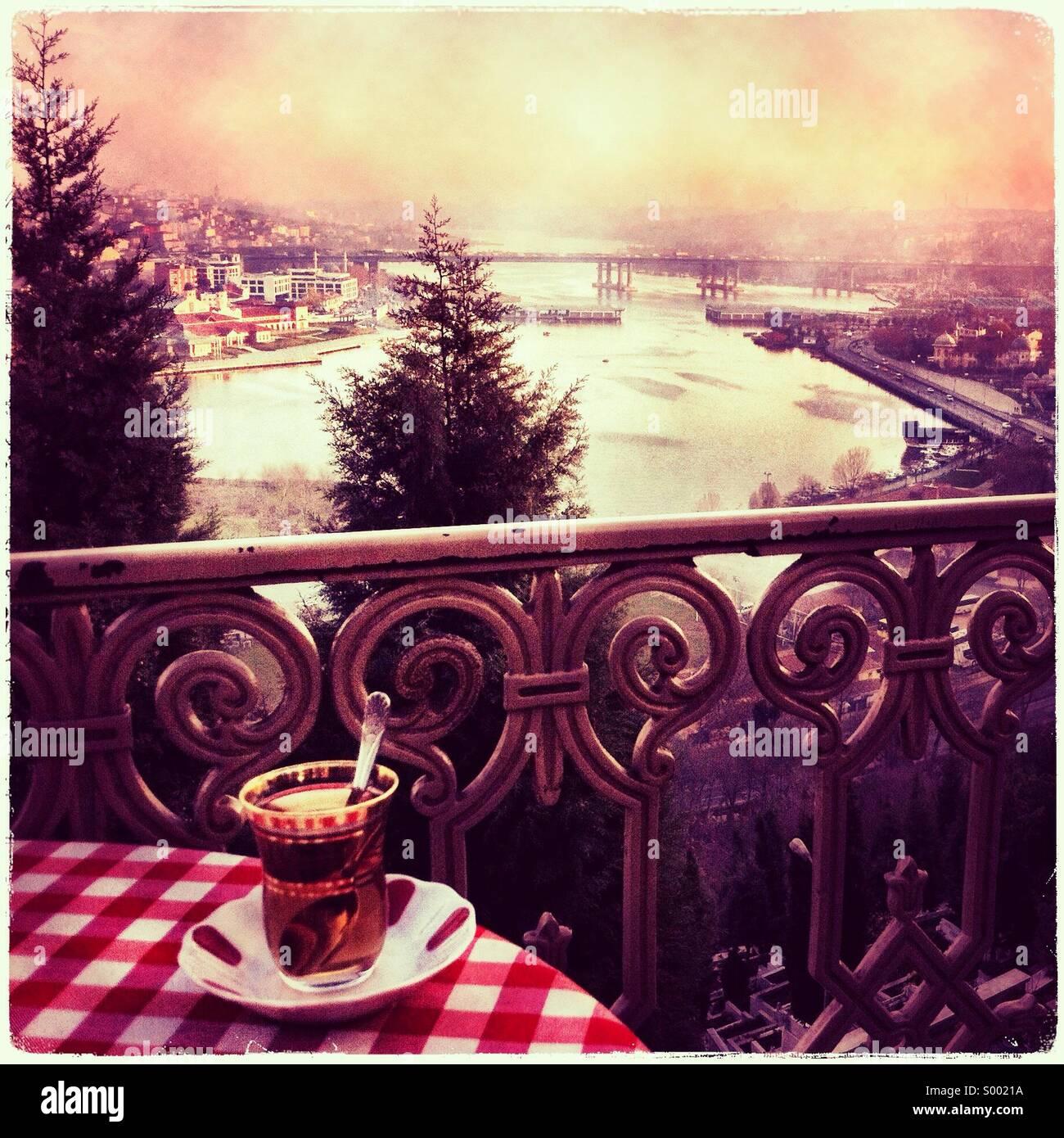 Teetrinken bei Pierre Loti, Blick über Istanbul Stockbild