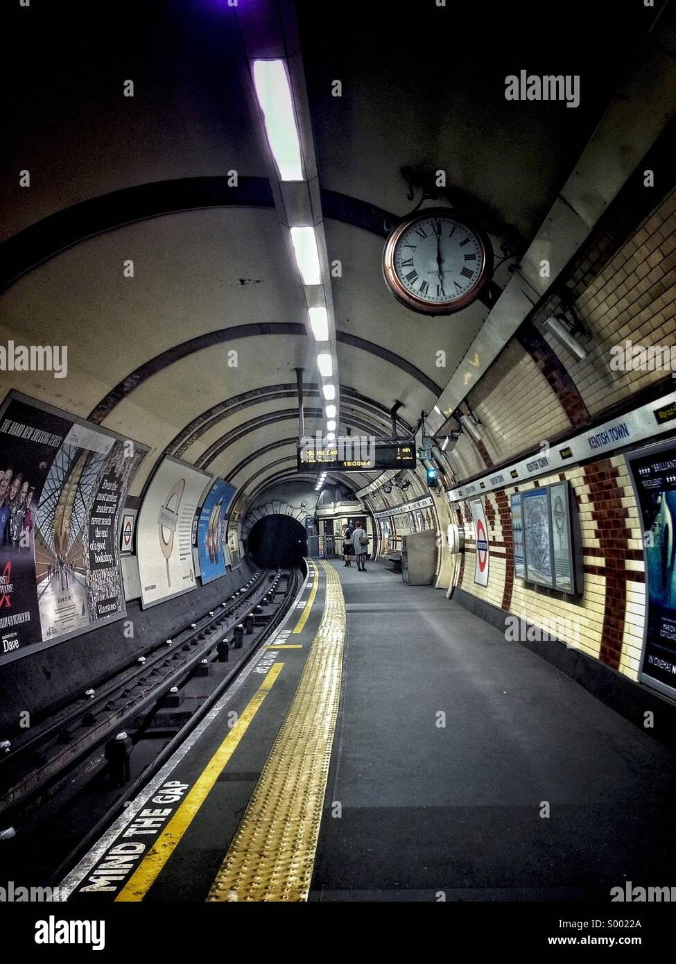 Kentish Town unterirdischen Plattform - TFL Stockbild