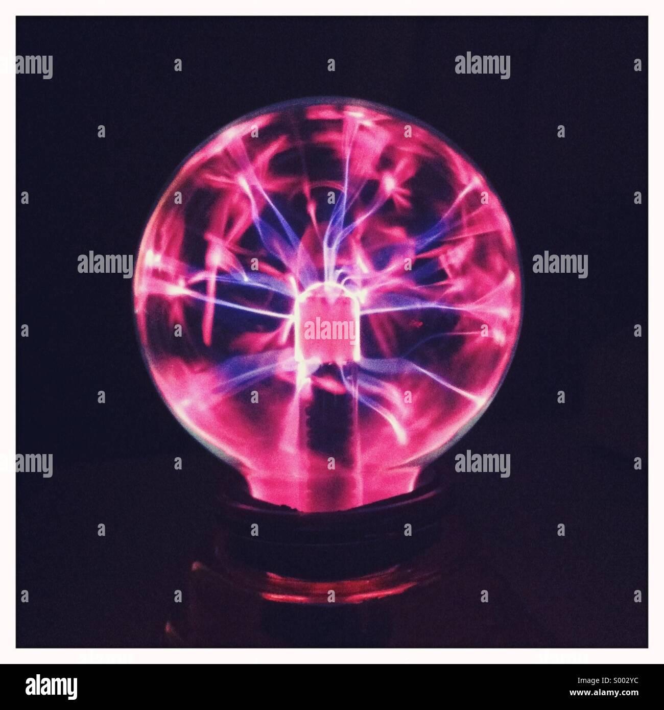Eine elektrische Glaskugel zeigt leuchtende Energie Stockbild