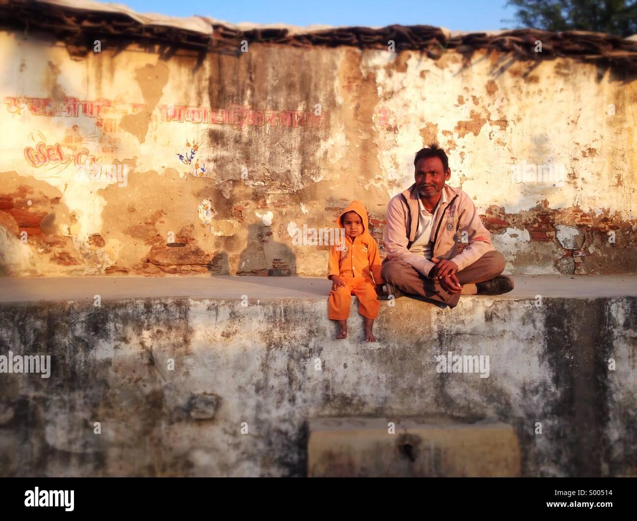 Mann und Kind, Narlai, Rajasthan. Stockbild