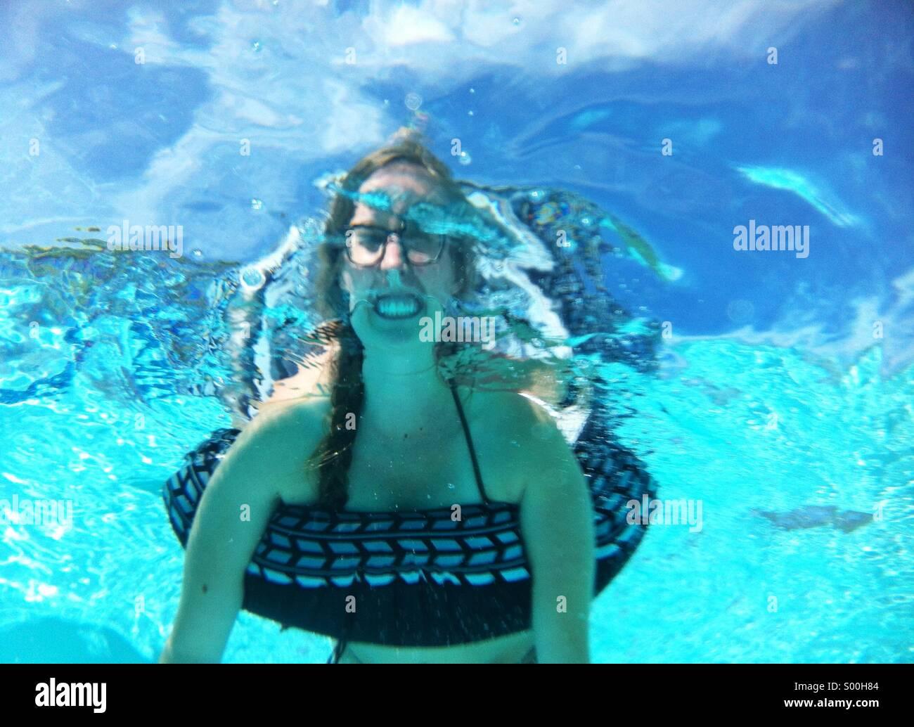 Frau im Schlauch unter Wasser Stockbild