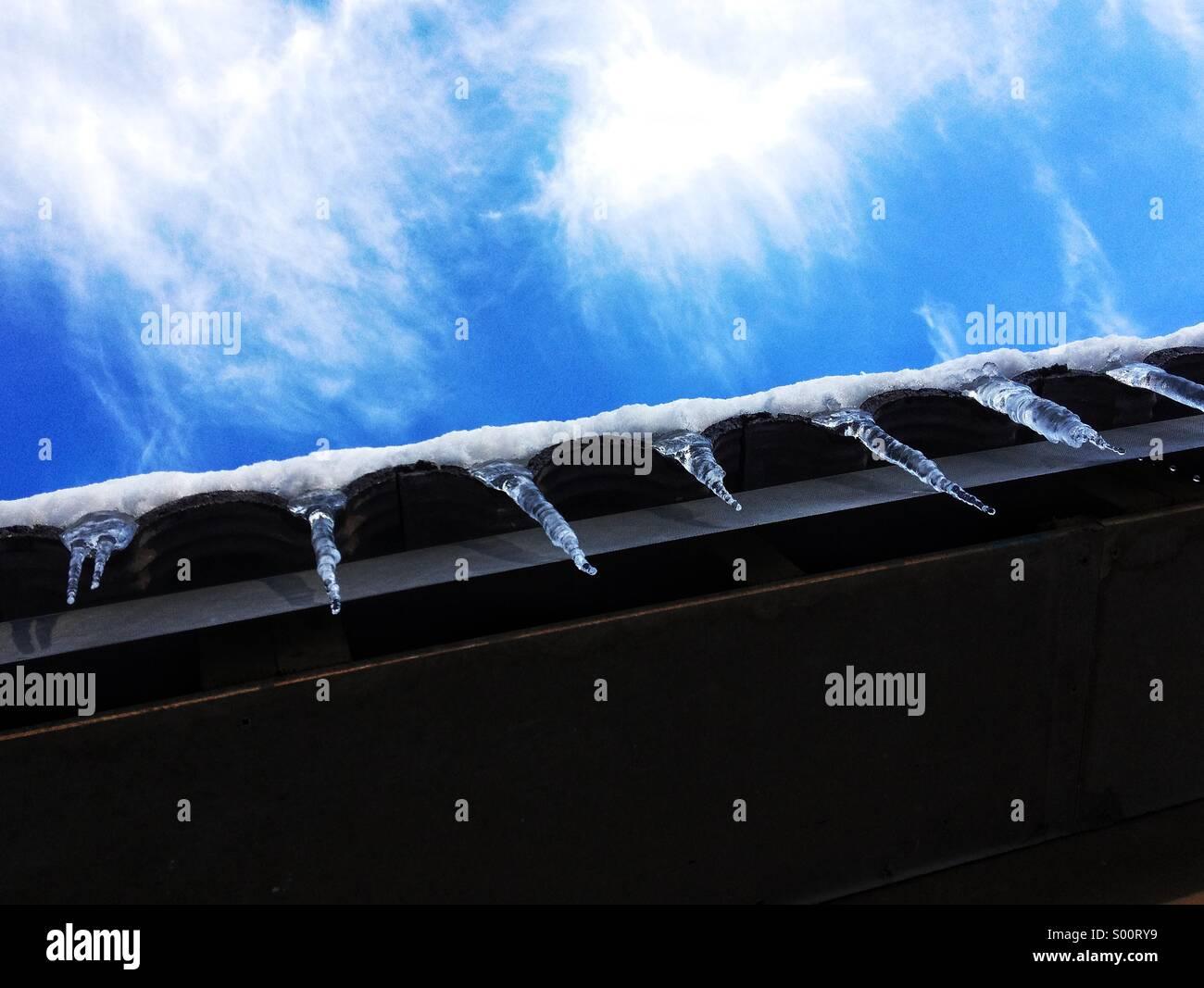 Eiszapfen auf Dach Stockbild