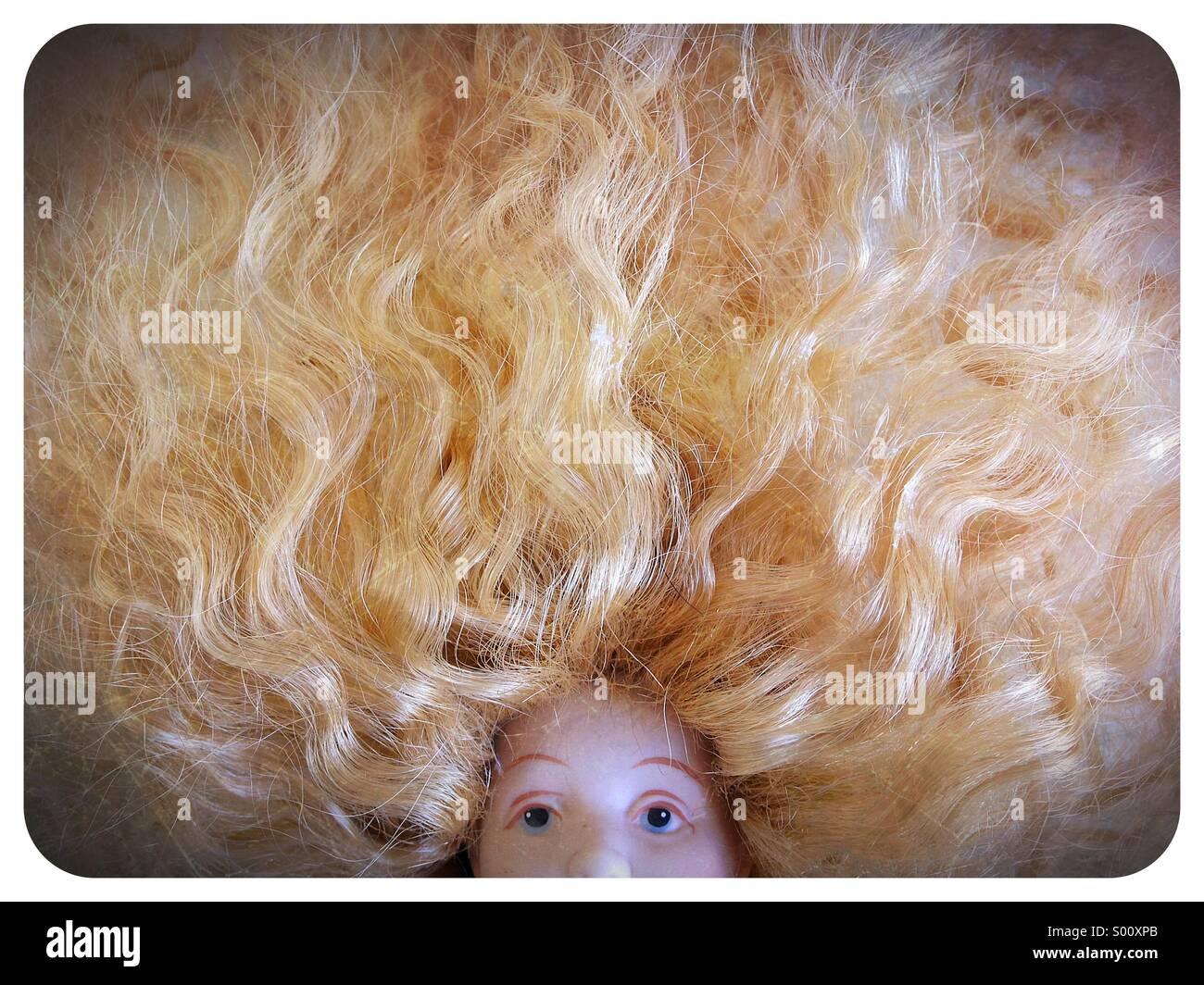 Eine Puppe mit viel Haar. Stockbild