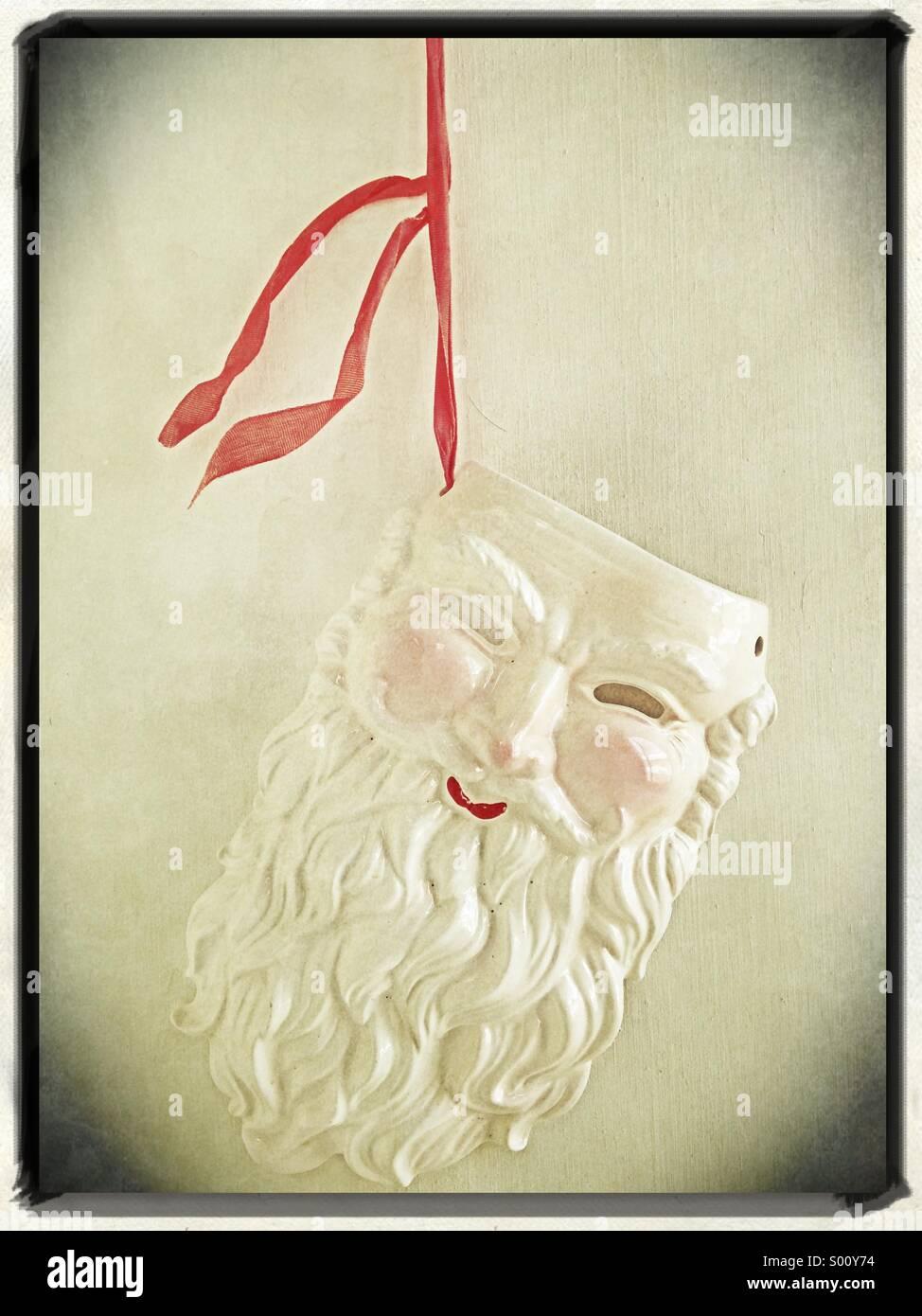 Ein Weihnachtsmann Keramikdekoration. Stockbild